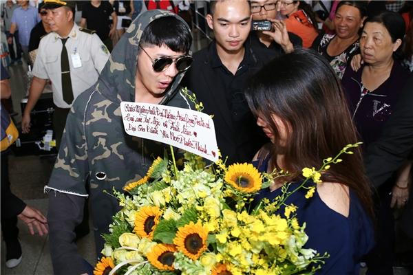 Hàng trăm người hâm mộ chờ sẵn và mang hoa đến chúc mừng thành công của Noo. - Tin sao Viet - Tin tuc sao Viet - Scandal sao Viet - Tin tuc cua Sao - Tin cua Sao