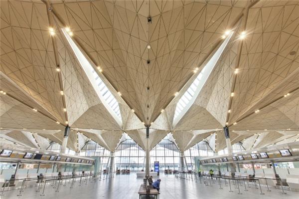 Kiến trúc bên trong sân baynổi bật với mái nhà hình phong thư. Thiết kếtrang nhã, mang hơi hướngcổ điển và kết cấu xây dựngcó thể chịu lực khi tuyết rơi dày vào mùa đông.