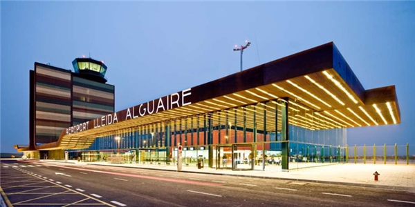 Sân bay Lleida-Alguaire,Catalunya,Tây Ban Nhađược xây dựng từ năm 2007-2010 theo bản vẽ của kiến trúc sư Femín Vázquez.Sân bay Lleida-Alguaire nổi bậtvới tháp không lưu đầy màu sắc.