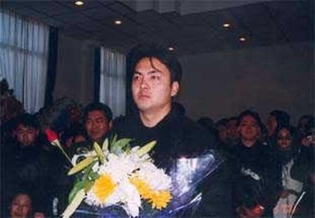 Nam diễn viên Chu Hoành Gia- người đi cùng xe với cô đãtúc trực suốt nhiều ngày bên linh cữu của Lưu Đan.