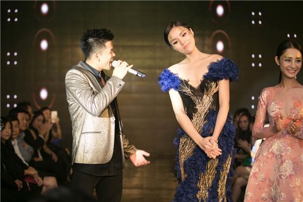 Trên sân khấu và thảm đỏ, Kỳ Duyên có dịp gặp gỡ và giao lưu cùng quán quân Vietnam Idol 2015 Trọng Hiếu.