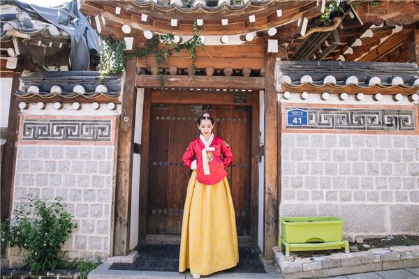 Bên cạnh việc khám phá các phong cách làm đẹp tại quốc gia này, Chi Pu còn trải nghiệm nền văn hóa đặc sắc của Hàn Quốc. - Tin sao Viet - Tin tuc sao Viet - Scandal sao Viet - Tin tuc cua Sao - Tin cua Sao
