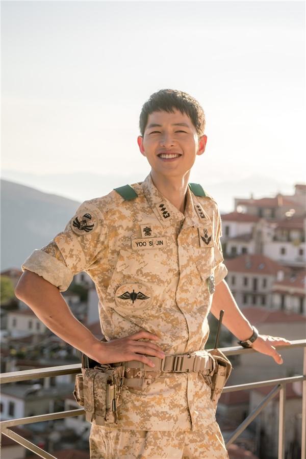 """Không phải """"đại úy Yoo"""", chàng lính Song Joong Ki ngầu thế này đây!"""