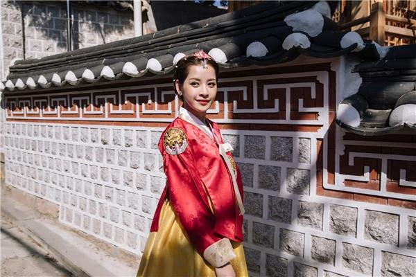 Cô cũng thu hút sự chú ý của người dân và du khách khi cùng các người đẹp đồng hành khám phá các nét đẹp đặc trưng tại nơi đây. - Tin sao Viet - Tin tuc sao Viet - Scandal sao Viet - Tin tuc cua Sao - Tin cua Sao