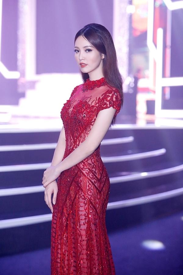 Người đẹp sáng suốt lựa chọn trang phục đính đá cầu kì, vừa tạo vẻ sang trọng, quý phái, vừa giúp cô nổi bật trước ánh đèn sân khấu.