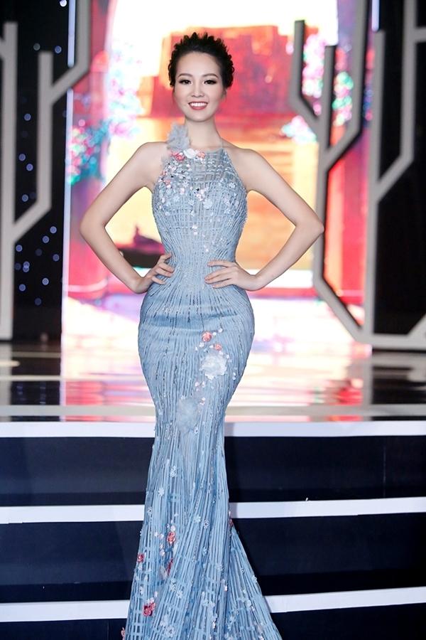 Tham gia chương trình Chào xuân 2017 với vai trò MC, Á hậu Việt Nam 2008 đầu tư chu đao về khâu trang phục để mang đến hình ảnh đẹp nhất gởi đến khán giả.