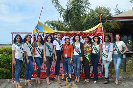 Trước khi quy tụ đầy đủ các thí sinh, ban tổ chức Hoa hậu Trái đất 2016 đã mời 9 đại diện, trong đó có Việt Nam và chủ nhà Philippines cùng tham gia một hoạt động với nhà tài trợ. Tại buổi chào mừng, chiếc băng rôn nhăn nhúm như giẻ rách cùng khung cảnh hoang sơ bên bờ biển khiến người xem không khỏi ngán ngẫm với khâu chuẩn bị của Hoa hậu Trái đất 2016.