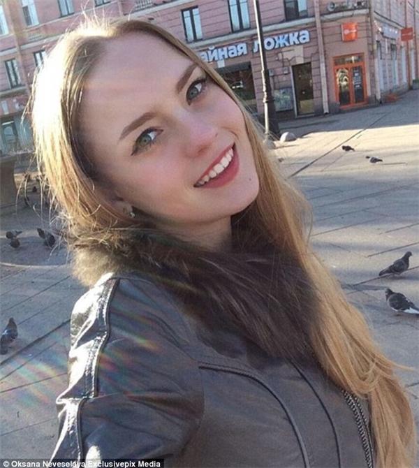 """Oksana từng giới thiệu về bản thân trên trang cá nhân rằng cô muốn chứng minh cho mọi người thấy """"vẻ đẹp gợi cảm và trí thông minh có thể luôn song hành""""."""