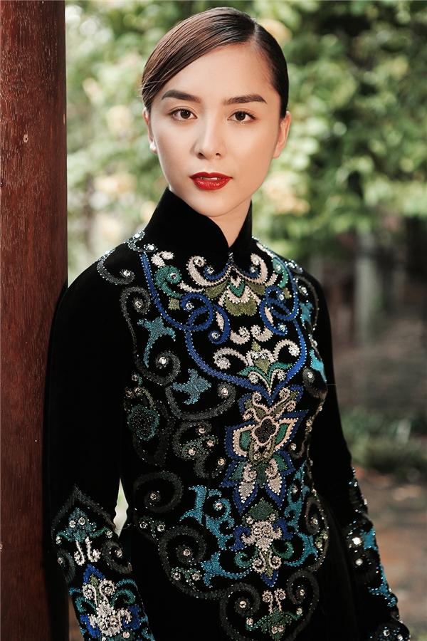 Á hậu Thiên Lý với thiết kế áo dài đậm chất truyền thống của nhà thiết kế Sỹ Hoàng. Đây được xem là bậc thầy, là người cò niềm đam mê cùng tình cảm mãnh liệt với trang phục truyền thống của người phụ nữ Việt Nam.