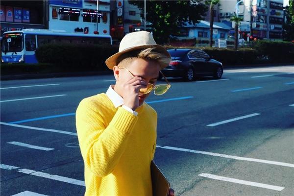 Là một nghệ sĩ trẻ nổi lên từ thế giới mạng, Duy Khánh (biệt danh Cô giáo Khánh) gây ấn tượng và được yêu mến bởi serie chương trình cùng tên đầy thu hút với những tình tiết gây cười duyên dáng và những câu chuyện gần gũi, thân thuộc. - Tin sao Viet - Tin tuc sao Viet - Scandal sao Viet - Tin tuc cua Sao - Tin cua Sao