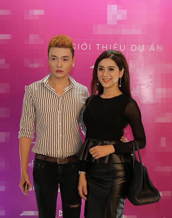 Nữ ca sĩ Lâm Chi Khanhcùng bạn đến chúc mừng dự án phim mới dành cho giới trẻ.