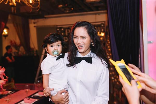 Diễm Châu và con trai có tên thân mật là bé Cool.
