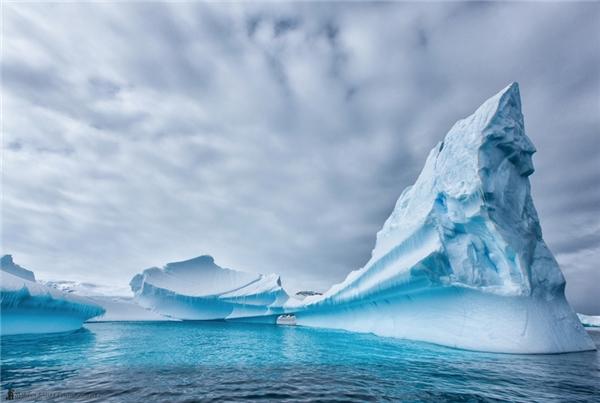 Những ngọn băng nổi đẹp như tạc tượng là kì quan tại Nam Cực.