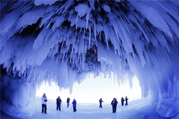 Một hang động phủ băng như trong phim Kỷ băng hà tạiWisconsin, Hoa Kỳ.