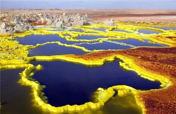"""Dallol - núi lửa rực rỡ sắc màu tạiEthopia.Dallol ở vùng trũng sa mạc Danakil,phía Đông Bắc Ethiopia, cách biên giới Eritrea khoảng 15 km, được xem là địa ngục của Trái đất nhưng nơi đây lại là""""thiên đàng"""" của giới săn ảnh."""