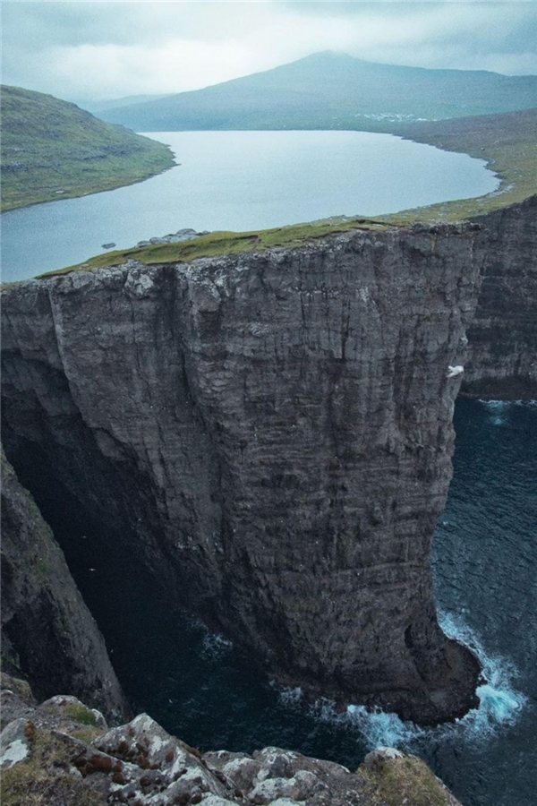 Hồ Leitisvatn hay còn gọi là Sovagsvatn là hồ lớn nhất của quần đảo Faroe.Hồ Leitisvatn khiến nhiều người choáng ngợp khi nằm chênh vênh trên một vách đá dựng đứng, phía dưới làvùng biển Na Uy.
