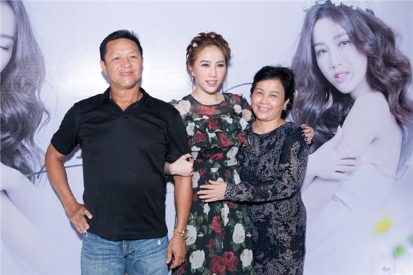 Bố mẹ của Bảo Thy luôn bên cạnh ủng hộ tinh thần con gái. - Tin sao Viet - Tin tuc sao Viet - Scandal sao Viet - Tin tuc cua Sao - Tin cua Sao