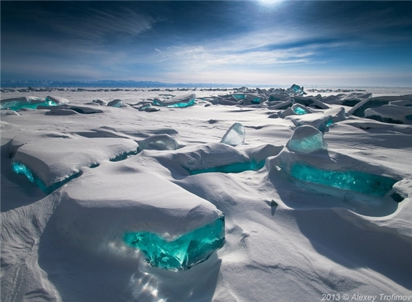 Những viên tảng băng đẹp lung linh như đá lục bảo tạihồ Baikal, Siberia, Nga.