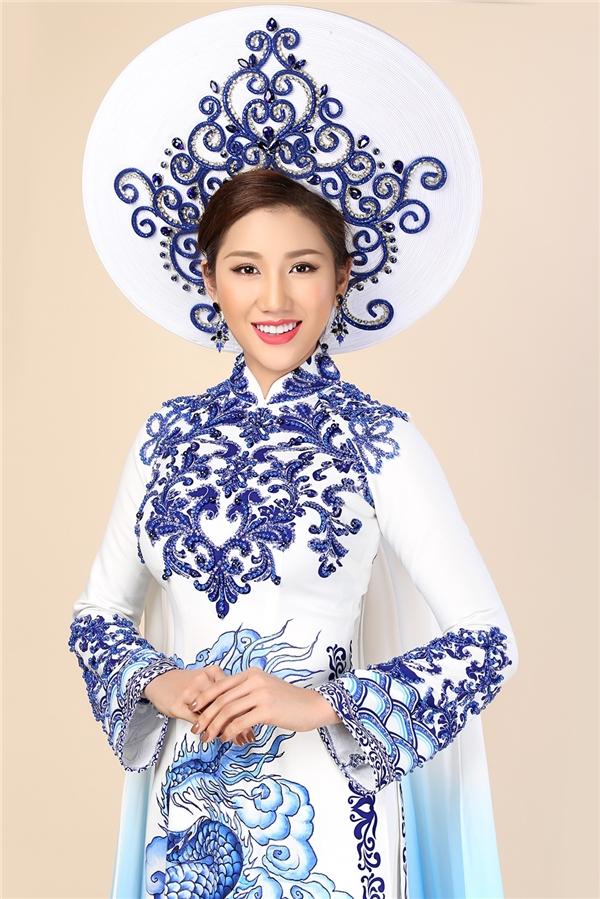 Bảo Như vẫn lựa chọn áo dài cho phần trình diễn trang phục truyền thống với họa tiết gốm sứ làm chủ đạo. Bộ trang phục được nhà thiết kế Brian Võ thực hiện.