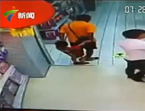 Bi kịch bất ngờ khi ông bố đang chơi đùa cùng con trai ở siêu thị