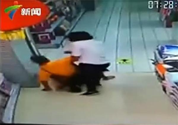 Một nhân viên đã hốt hoảng chạy đến đỡ bố và con dậy.