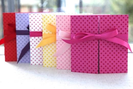 gàynay, thiệp cưới được thiết kế vô cùng bắt mắt với đủ mọi màu sắc, kiểu dáng và họa tiết khác nhau.