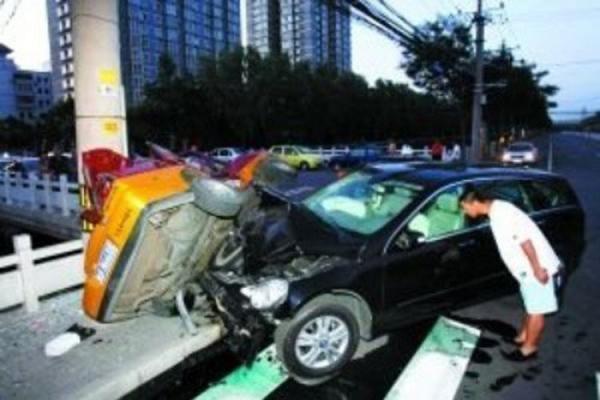 Chiếc xe hơi đắt tiền của Châu Kiệtđã va chạm với một chiếc xe taxi.