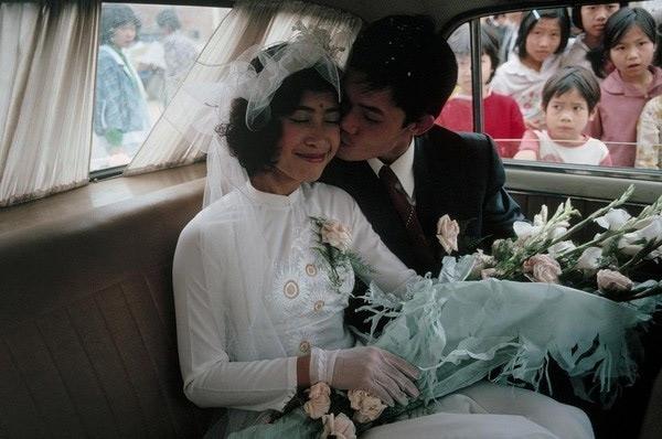 Ngày xưa, chú rể sẽ diện vest đen và cài hoa trước ngực, các cô dâu thường mặc áo dài hay váy trắng đăng-ten kín đáo.