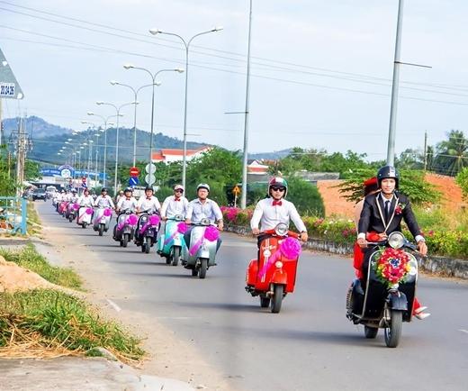 Có nhiều cô dâu chú rể muốn tạo sự khác biệt bằng cách rước dâu bằng mô tô hoặc xe máy cổ.