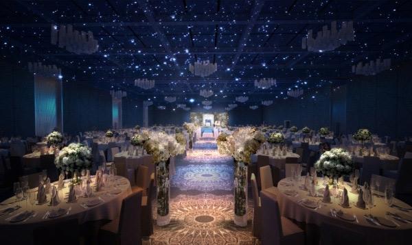 Đám cưới hiện đại sẽ được tổ chức tại nhà hàng sang trọng, có sân khấu và bày bàn tiệc bên dưới.