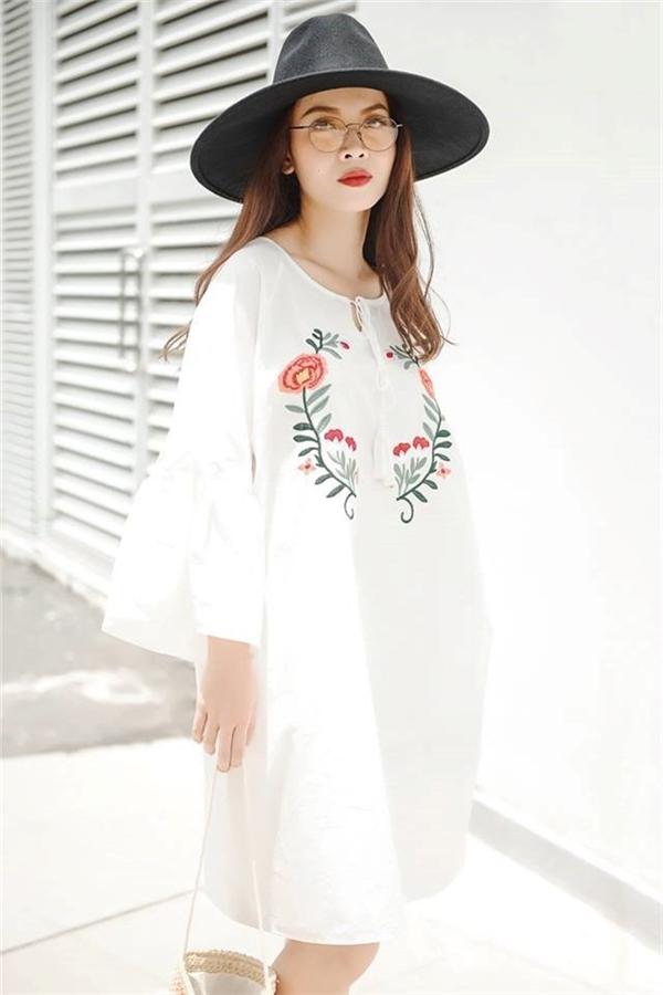 Yến Trang ngọt ngào, nữ tính với dáng váy rộng giấu đường cong. Từ họa tiết đến chất liệu, màu sắc đều mang hơi thở cổ điển.