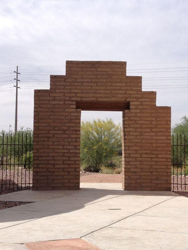 Có ai muốn đậm vỡ bức tường bất đối xứng này không?