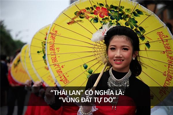 """Trong tiếng Thái, """"Thái Lan"""" có nghĩa là """"Vùng Đất Tự Do"""". Trước đó, họ lấy tên là nước Xiêm, và từ này trong tiếng Phạn có nghĩa là """"đen"""" hay """"nâu""""."""