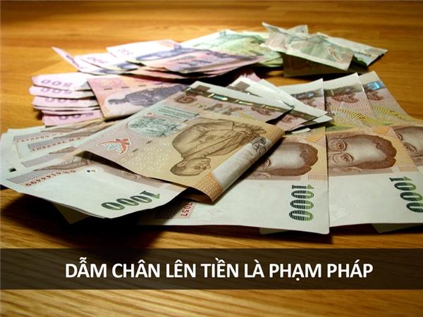 Người Thái Lan rất sùng kính đức vua của họ, vì thế nếu bạn đạp chân lên đồng tiền có in hình đức vua, bạn sẽ bị bắt (dù có mặc quần con hay không).
