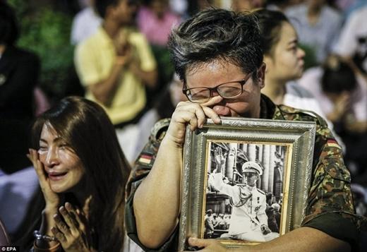 Người dân Thái Lan nghẹn ngào, nước mắt tuôn như mưa trước sự ra đi của vị vua đáng kính.