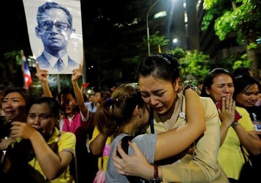 Ngày vua Thái Lan băng hà, người dân tiễn đưa bằng trận mưa nước mắt