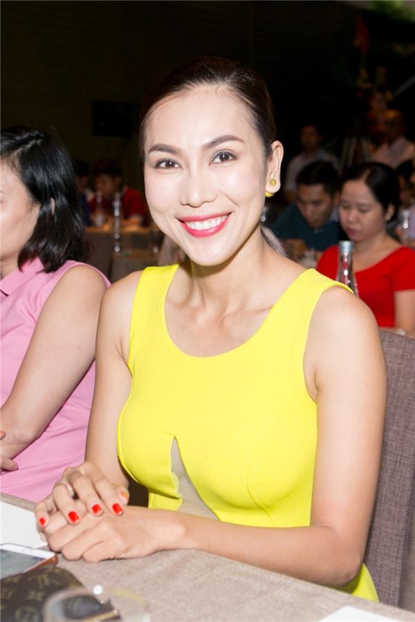 Nữ ca sĩ Khánh Ngọc tươi tắn với váy vàng rực rỡ xuất hiện tại buổi họp báo. - Tin sao Viet - Tin tuc sao Viet - Scandal sao Viet - Tin tuc cua Sao - Tin cua Sao