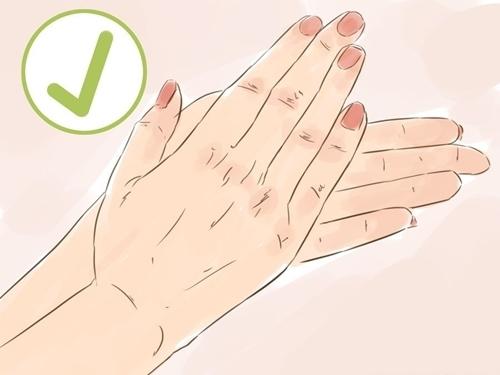 Trước tiên làm nóng 2 lòng bàn tay bằng cách xoa vào nhau hoặc rửa tay bằng nước ấm.