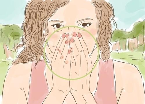 Đặt tay lên mặt, các đầu ngón tay chụm vào mũi, hít thở qua kẽ ngón tay.