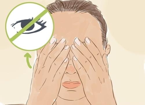 Tiếp đến hãy chụm 2 tay lên mắt (vẫn mở mắt), hướng về phía ánh sáng, kiểm tra xem bạn có thể nhìn thấy ánh sáng qua các kẽ tay hay không. Nếu tia sáng vẫn lọt vào mắt, điều chỉnh ngón tay để đảm bảo tất cả nguồn sáng không lọt vào.