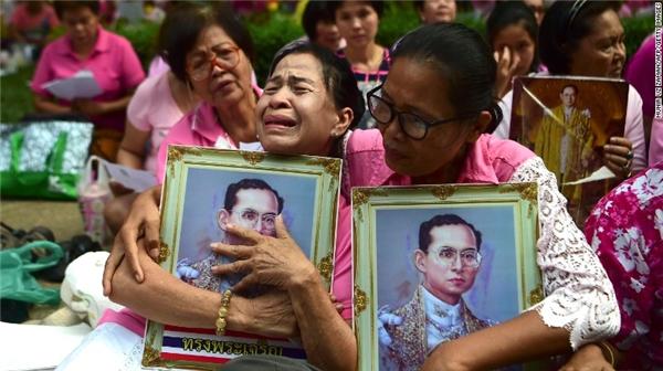 Người dân Thái Lankhóc thương cho vị vua đáng kính đã ra đi.