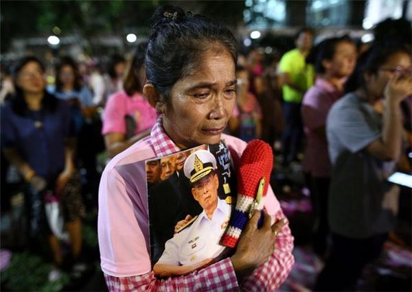 Theo thông báo từ phía chính phủ, Thái Lan sẽ để tang nhà vua trong một năm.