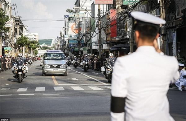 Xúc động cảnh hàng nghìn người dân Thái tiễn đưa linh cữu nhà vua