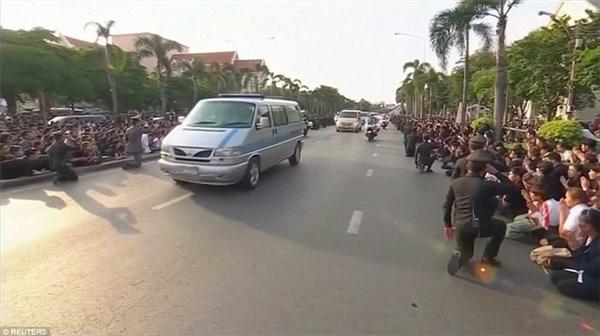 Linh cữu quốc vương đi đến đâu, lực lượng cảnh sát và người dân quỳ gối đến đó.