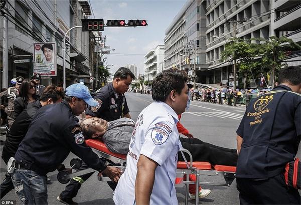 Một người phụ nữ vì kiệt sức nên đã được đưa đi cấp cứu.