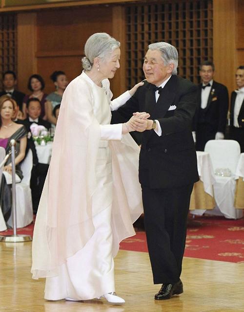 Hoàng hậu cùng Nhật Hoàng khiêu vũ trong trang phục lễ hội long trọng, quyền quý.