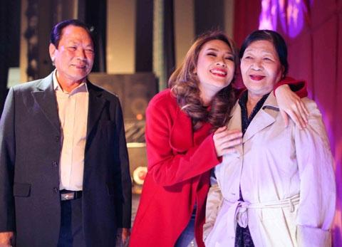 Bên cạnh đó, trong những show diễn quan trọng, bố mẹluôn ngồi ở hàng ghế khán giả để ủng hộ tinh thần và xem con gái toả sáng trên sân khấu. - Tin sao Viet - Tin tuc sao Viet - Scandal sao Viet - Tin tuc cua Sao - Tin cua Sao