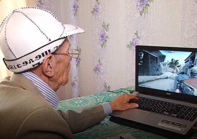 Cụ ôngAman Alashbaev 71 tuổi đang chơi game bắn súngCounter Strike. (Ảnh: internet)