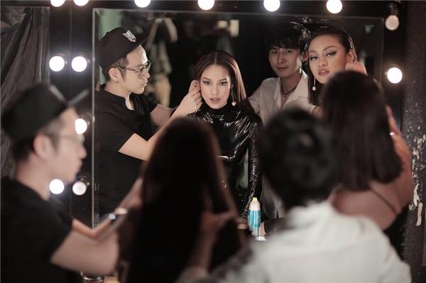 """Mới đây, 2 gương mặt mới tiếp tục được công bố sẽ đồng hành cùng Chung Thanh Phong trong dự án này chính là Lilly Nguyễn và Mai Ngô, 2 thí sinh nổi bật của chương trình The Face Vietnam 2016. Như vậy, có thể thấy, sàn diễn lần này chắc chắn sẽ trở thành """"trận chiến"""" của những đôi chân dài tại The Face."""