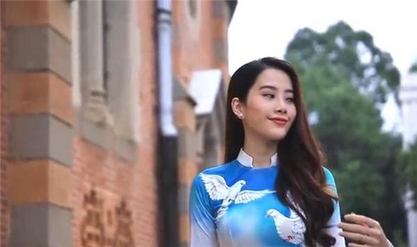 """Nam Em bị tố mặc áo dài """"nhái"""" trong clip gửi Hoa hậu Trái đất"""